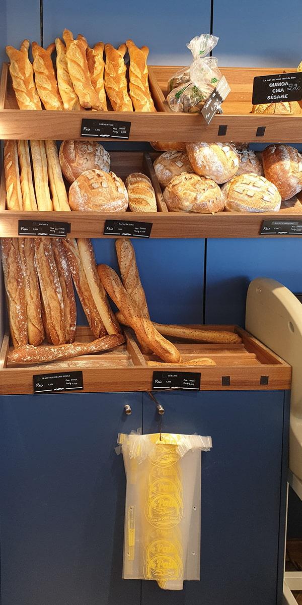 Etagères bleues pour présenter les pains