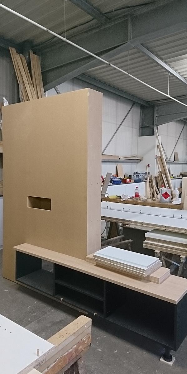Fabrication d'un meuble TV sur-mesure.