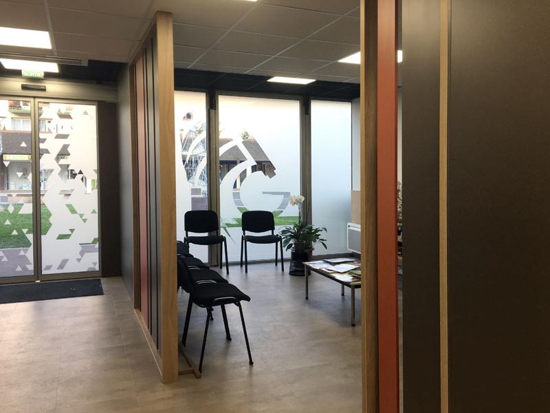 Agencement hall d'entrée et salle d'attente d'un laboratoire de biologie médicale à Ifs