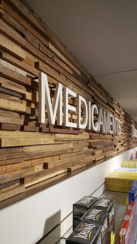 Signalètique intérieure sur fond en bois pour une pharmacie à Merville-Franceville
