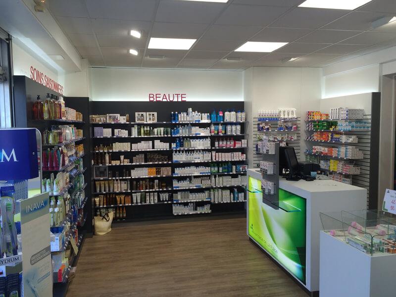 """Corners """"Soins saisonniers"""" et """"Beauté"""" dans une pharmacie"""