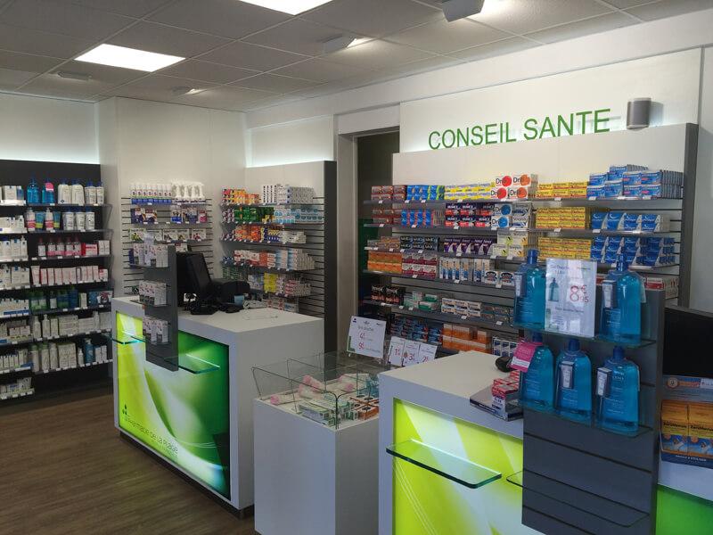 TM Agencement installe des comptoirs de vente pour la pharmacie de Merville-Franceville