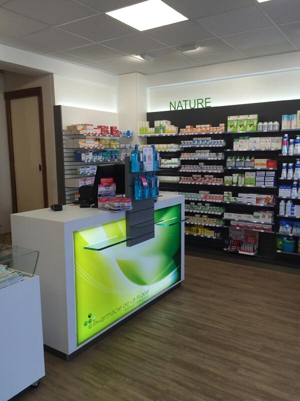 Comptoir patientèle avec tablette PMR en pharmacie