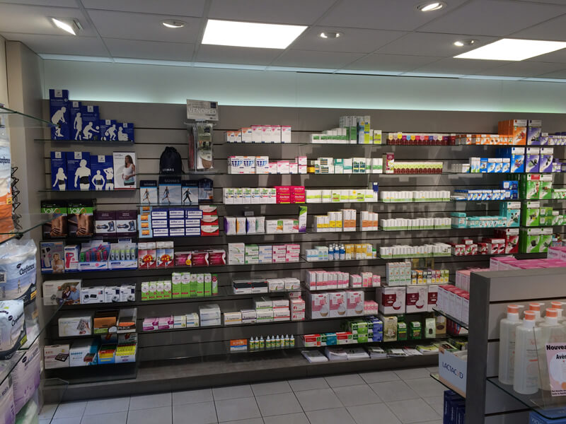 Grand rayonnage en Technolam dans une pharmacie