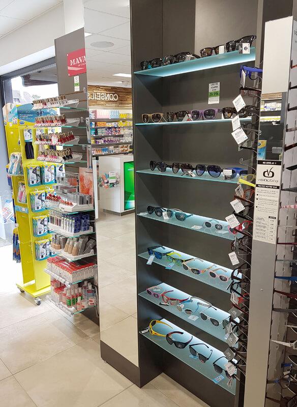 Tablettes en verre rétroéclairées pour une mise en valeur de la présentation de lunettes de soleil