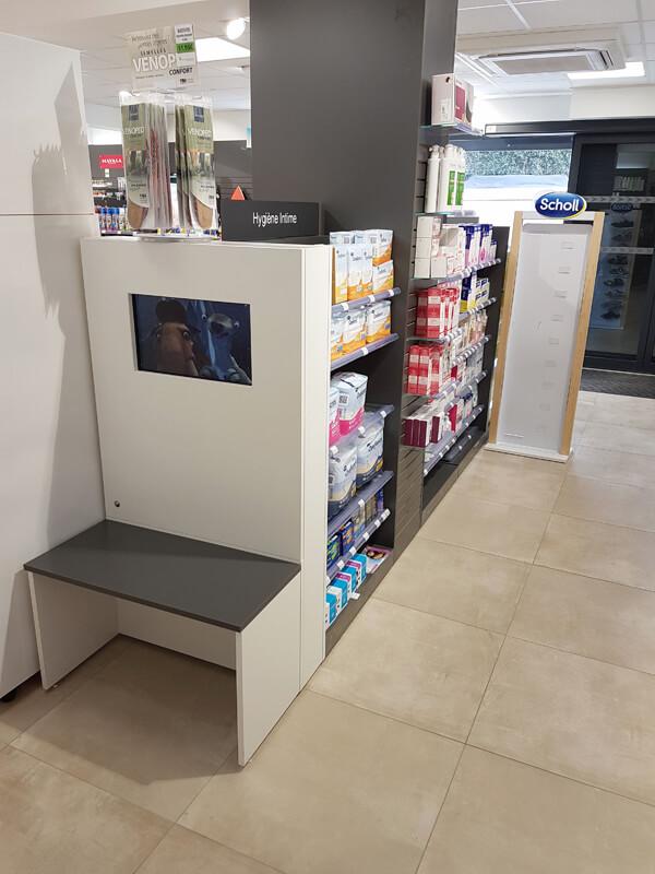 Espace enfants avec écran vidéo pour les dessins animées dans une pharmacie