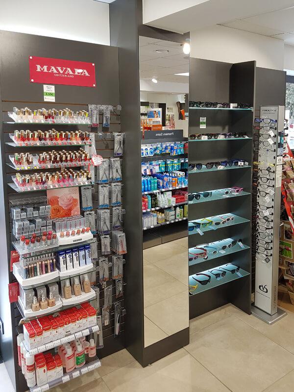 Optmisation de l'espace optique et maquillage dans une pharmacie avec l'intégration d'un miroir pleine hauteur