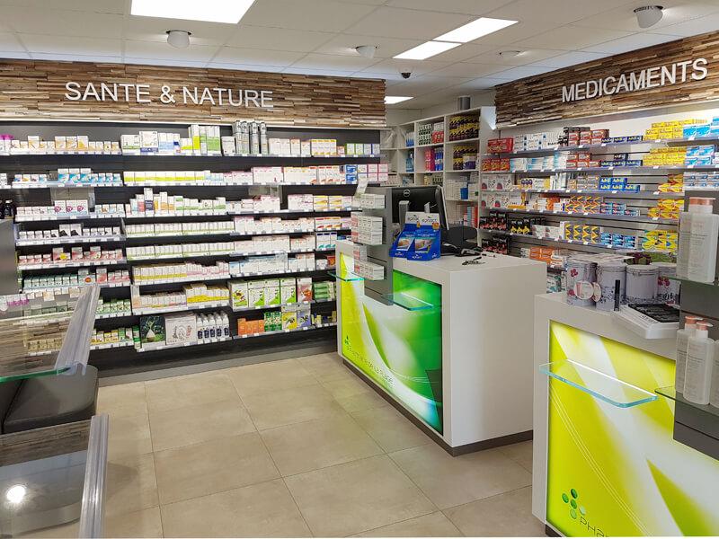 Comptoirs de vente avec tablettes PMR en verre
