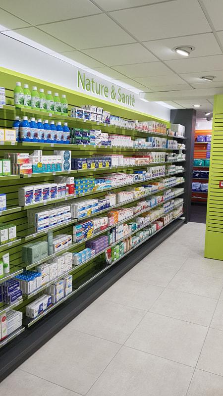 Etagères pour une pharmacie conçues avec la technologie Technolam