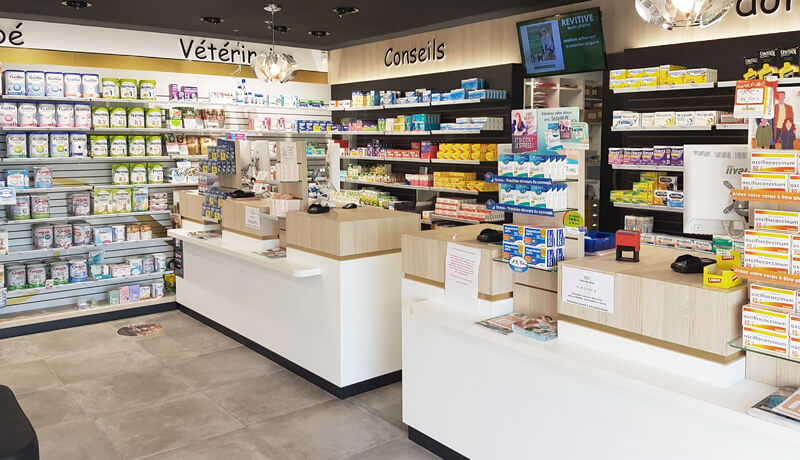 Double comptoir de vente d'une pharmacie à Fontenay-le-Comte