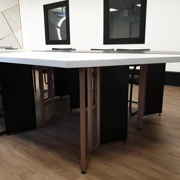Table personnalisée pour salle de réunion