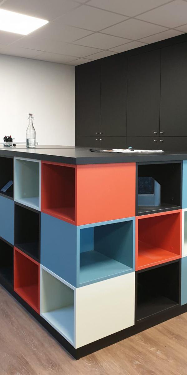 Table avec casiers de rangement intégrés
