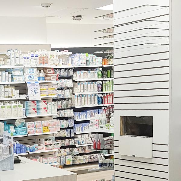 panneaux rainurés modulables pour pharmacie